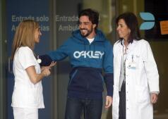 Lara Álvarez acompaña a Alonso en su salida del hospital