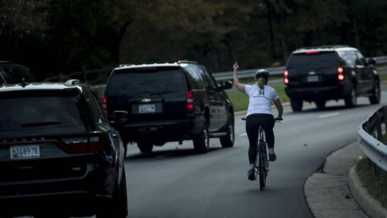 Despedida por hacer la peineta a la caravana del presidente Trump