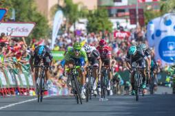 La llegada de la Vuelta Ciclista a España a Tomares, en imágenes