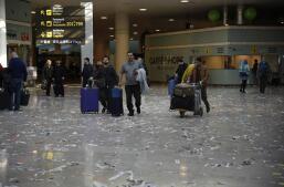 La basura inunda el aeropuerto de El Prat de Barcelona