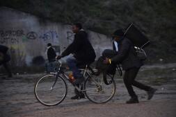 En imágenes: Noche de enfrentamientos en «La Jungla» de Calais