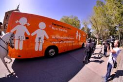 La violenta respuesta a la llegada del autobús de Hazte Oír, en imágenes