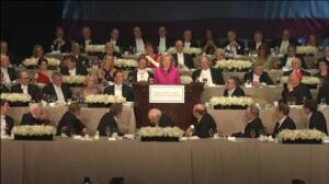 """Trump llama """"corrupta"""" a Clinton en la tradicional cena benéfica de campaña"""