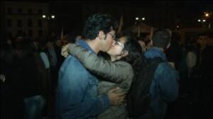 """Decenas de personas participan en Bogotá en un """"Besatón por la paz"""""""