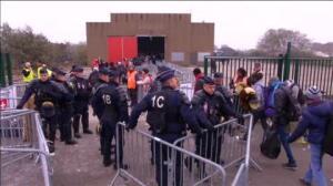 Evacuados 2.300 migrantes, 400 de ellos menores, en la primera jornada de desalojo de Calais