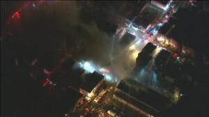Un virulento incendio obliga a evacuar a decenas de familias en Massachusetts