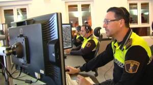 Agentes y voluntarios reparten mantas a quienes duermen en las calles de Valencia