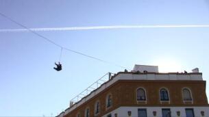 Dos acróbatas sobre el cielo de Sevilla