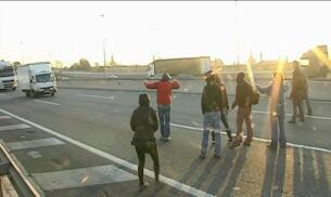 Los estudiantes cruzan por mitad de la autopista en plena circulación