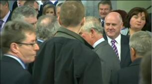 Saludo histórico entre el príncipe Carlos y Gerry Adams