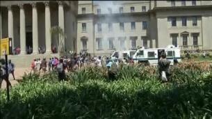 Enfrentamientos entre estudiantes y policías en Sudáfrica