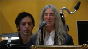 Patti Smith se emociona y se equivoca en la ceremonia de los Nobel