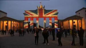 La bandera británica ilumina la Puerta de Brandenburgo de Berlín