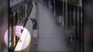 Un niño se cuela entre el vagón y el andén de un tren en Sidney