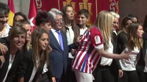Cifuentes felicita a las jugadoras del Atlético de Madrid