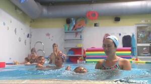 Enseñar a flotar a un bebé le puede salvar la vida