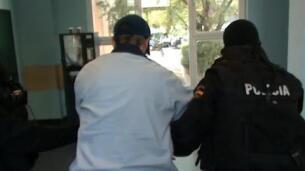 Así detiene la policía a un fugitivo tras 13 años de investigación.