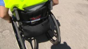 Lesionados medulares acompañan a la Guardia Civil en los controles para concienciar a los conductores