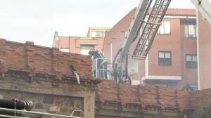 Los bomberos sofocan un incendio en un edificio de Benavente (Zamora)