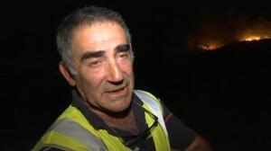 Los bomberos luchan por extinguir el incendio en Gondomar