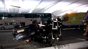 Herida tras precipitarse con su coche desde un primer piso en el aeropuerto de Bilbao