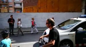 Pasividad de los Mossos ante una pintada independentista en plena calle