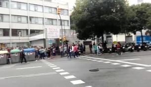 Gente haciendo cola en el centro de formación de adultos Rius i Taulet