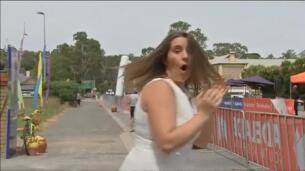Un camión se lleva por delante la meta en una carrera ciclista en Australia