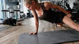 Elsa Pataky's hard training with trx, truck wheels and battle rope