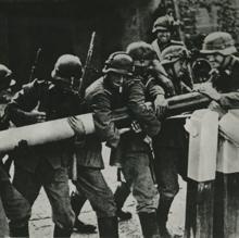 Soldados alemanes levantan la barrera del puesto fronterizo que separaba Alemania de Polonia