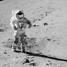 El astronauta Gene Cernan preparándose para recoger las muestras 73001 y 73002 en el año 1972