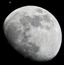 La ISS se puede ver como un pequeño objeto en la parte superior izquierda de esta imagen de la Luna en la tarde del 4 de enero de 2012