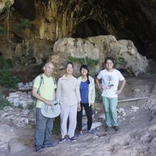 Los investigadores, en la entrada de la cueva de Raqefet