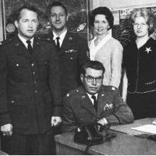 El mayor Héctor Quintanilla con su equipo