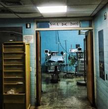 Sala de partos totalmente deteriorada del Hospital Materno Infantil de Caricuao